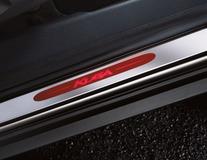 Dorpellijsten voor, met roodverlicht Kuga-logo