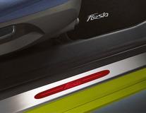 Dorpellijsten voor, met roodverlicht Fiesta-logo