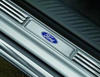 Dorpellijsten voor en achter, met Ford-logo